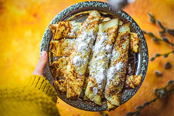 Картинка Блины Сахарная пудра тарелке Продукты питания 600x400 Еда Пища Тарелка