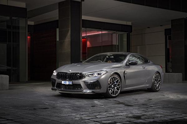 Обои для рабочего стола BMW 2020 M8 Competition Coupé Купе серая авто 600x400 БМВ Серый серые машина машины Автомобили автомобиль