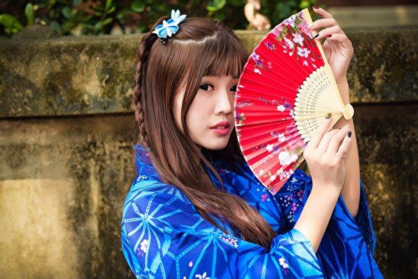 Фотография шатенки Веер Девушки Азиаты Руки смотрит 600x400 Шатенка девушка молодая женщина молодые женщины азиатки азиатка рука Взгляд смотрят