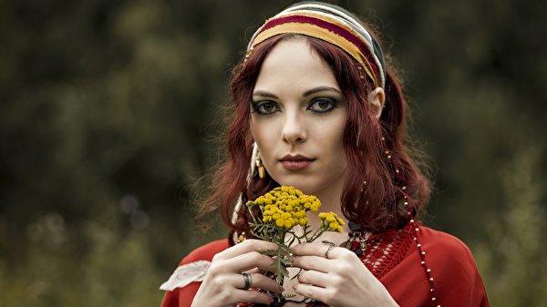 Фотографии рыжие Размытый фон лица молодые женщины рука смотрят 600x337 Рыжая рыжих боке Лицо девушка Девушки молодая женщина Руки Взгляд смотрит