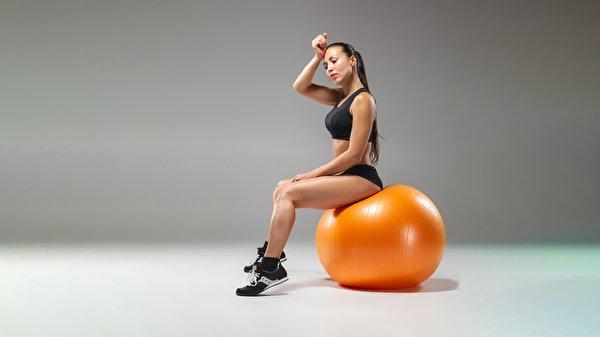 Фотография Фитнес девушка Кроссовки спортивный Мячик сидящие 600x337 Спорт Девушки кроссовках спортивные спортивная молодая женщина молодые женщины Мяч сидя Сидит