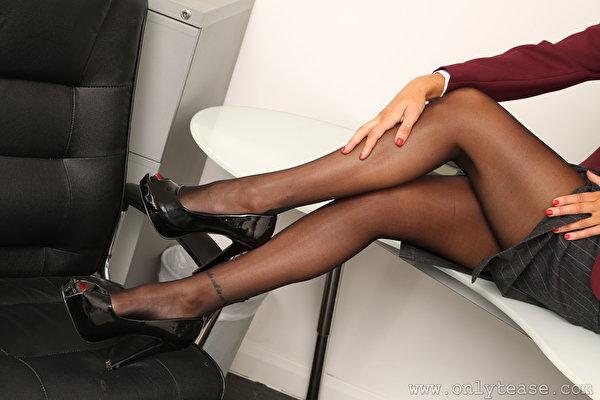 Картинки колготок молодая женщина Ноги Руки Крупным планом туфлях 600x400 Колготки колготках девушка Девушки молодые женщины ног рука вблизи Туфли туфель