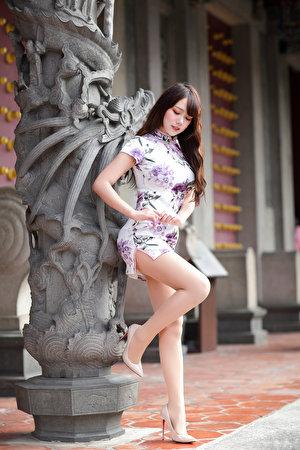 Картинки позирует молодые женщины ног Азиаты Платье 300x450 для мобильного телефона Поза девушка Девушки молодая женщина Ноги азиатки азиатка платья