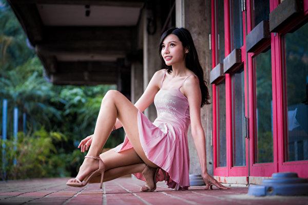 Картинка Брюнетка молодая женщина ног азиатка Сидит смотрит Платье 600x399 брюнетки брюнеток девушка Девушки молодые женщины Ноги Азиаты азиатки сидя сидящие Взгляд смотрят платья