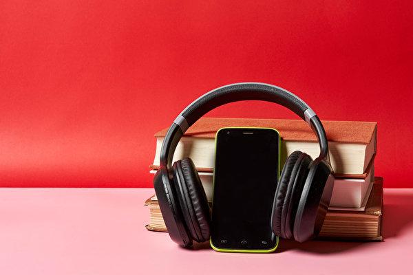 Фотография Наушники Смартфон Книга 600x400 в наушниках сматфоном смартфоны книги