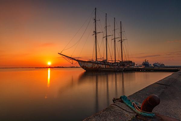 Картинки солнца Природа корабль Рассветы и закаты Пристань 600x400 Солнце Корабли рассвет и закат Пирсы Причалы
