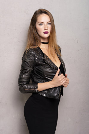 Картинки Sylvana Поза куртке молодая женщина рука смотрит Платье 300x450 для мобильного телефона позирует Куртка куртки куртках девушка Девушки молодые женщины Руки Взгляд смотрят платья