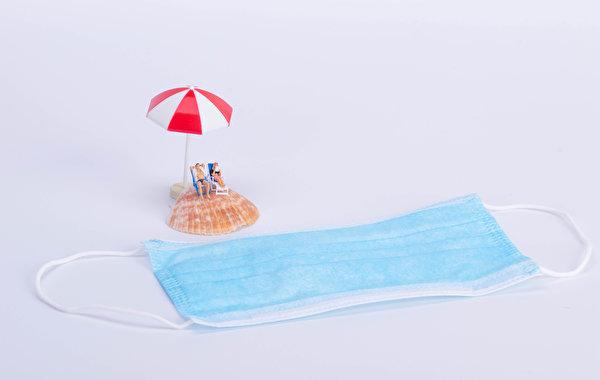 Картинки Коронавирус Пляж Ракушки оригинальные Маски зонтом Шезлонг Серый фон 600x380 пляжа пляже пляжи Креатив креативные Зонт зонтик Лежаки сером фоне