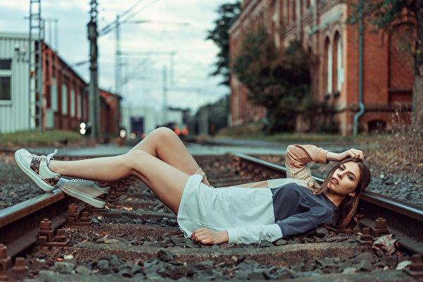 Фотография фотомодель рельсах лежат Beatrice Rogall Девушки ног Взгляд Платье 600x400 Модель Рельсы лежа Лежит лежачие девушка молодая женщина молодые женщины Ноги смотрит смотрят платья