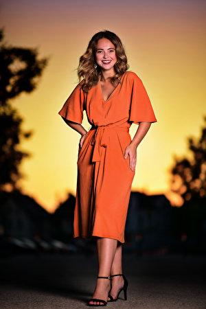 Фото Улыбка Selina Поза девушка смотрят платья 300x450 для мобильного телефона улыбается позирует Девушки молодая женщина молодые женщины Взгляд смотрит Платье