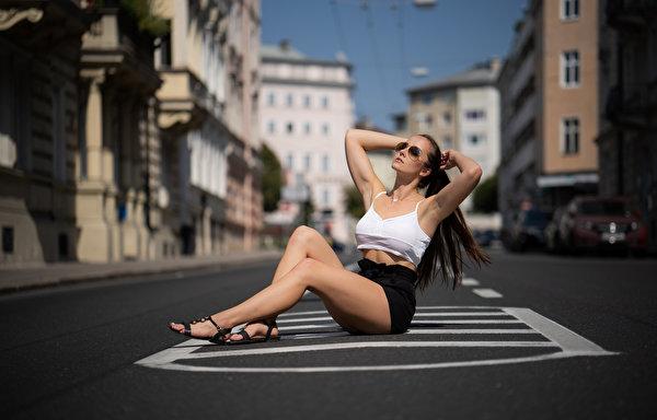 Картинка Юбка боке Поза молодая женщина Ноги майки Сидит Асфальт 600x384 юбки юбке Размытый фон позирует девушка Девушки молодые женщины ног Майка майке сидя сидящие асфальта