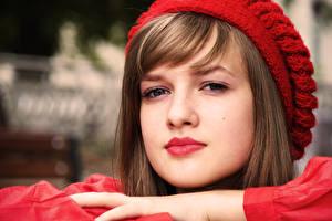 Обои для рабочего стола Кэйли ДеФер Лица Смотрит Красными губами Шатенки В шапке Знаменитости Девушки