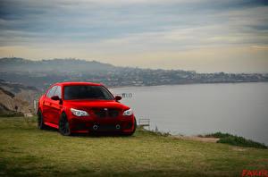Фотографии Берег BMW Красный Спереди Траве машины