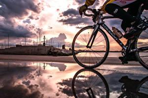 Картинки Велосипеде Облака Лужи Отражается спортивные