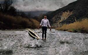 Фотографии Мужчины Вода Зонт Рубашка Природа