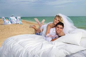Обои Люди Мужчины Любовь Влюбленные пары Невеста Кровать Пляж Жених Свадьба