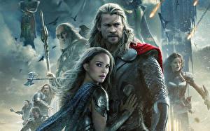 Картинка Тор 2: Царство тьмы Мужчины Воины Chris Hemsworth Natalie Portman Броне Кино Девушки Знаменитости
