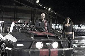 Картинки Смертельная гонка Джейсон Стэтхэм Пулемет Мужчина Спереди Фары Фильмы Автомобили