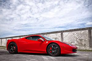 Картинки Ferrari Красные Сбоку Облачно Роскошные 458 italia авто