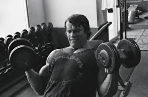 Картинка Арнольд Шварценеггер Бодибилдинг Мужчины Гантели Знаменитости Спорт