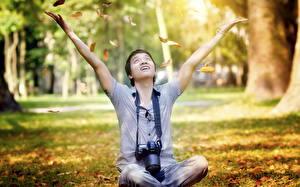 Картинка Времена года Осенние Мужчины Фотоаппарат Рубашка Сидит Парни Фотограф Природа