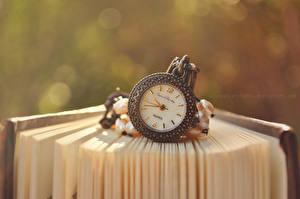 Фотографии Часы Карманные часы Крупным планом Книга Страницы