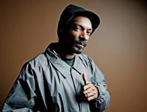 Фотографии Snoop Dogg Мужчины Негр Борода Куртка Шапки Усы человека Знаменитости