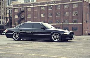 Картинка BMW Черные Сбоку Припаркованная 740 e38 авто