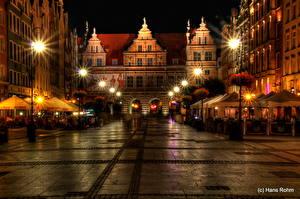 Картинки Польша Здания Гданьск Ночные Улица Уличные фонари Тротуар Города