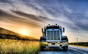 Картинка Грузовики Рассветы и закаты Небо Петербилт Спереди HDRI Автомобили
