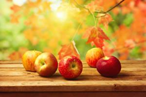 Картинки Фрукты Яблоки Осенние Листва Продукты питания