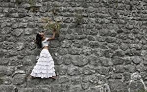 Фотографии Камни Много Креатив Стена Платья молодые женщины