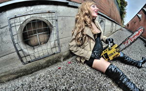 Фотографии Бензопила Блондинка Сапогах Сидящие молодые женщины