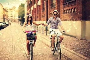 Картинка Люди Влюбленные пары Дороги Мужчины Велосипед Улица Шляпа Девушки