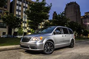 Фотографии Крайслер Серебряная Улиц Фар 2014 Chrysler Town Автомобили Города