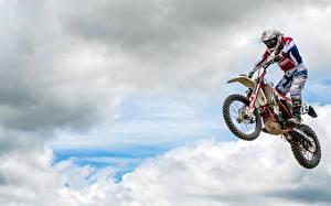 Фотография Летящий Прыжок Облака Спорт Мотоциклы