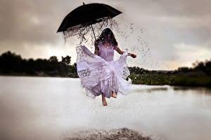 Фотография Креатив Зонтик Платья Прыгать Брызги Капель девушка