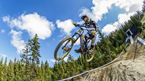 Фотографии Велосипеде Прыгать В шлеме Спорт