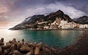 Картинка Италия Горы Берег Море Амальфи Бухта город
