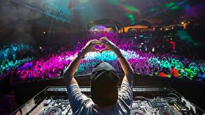 Картинки Концерт Сердце Кепка Руки Avicii DJ
