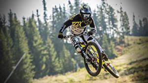 Картинка Велосипед Шлем Прыгает Спорт