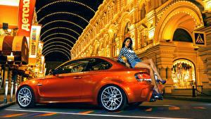Картинки BMW Оранжевая Сбоку M1 1M Coupe автомобиль Девушки