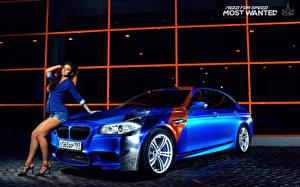 Фотографии БМВ Синяя M5 автомобиль Девушки