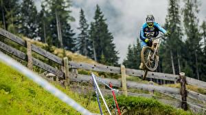 Картинки Велосипед В прыжке Забором Спорт