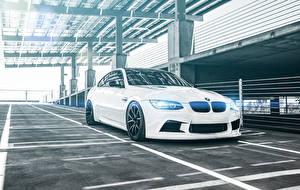 Фотография BMW Белая Парковка M3 Coupe E92 автомобиль