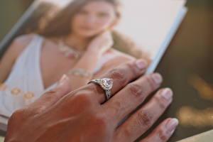 Обои Вблизи Бриллиант Пальцы Руки Кольцо