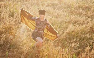 Картинки Katy Perry Трава Знаменитости Девушки