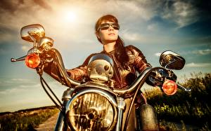 Обои Куртка Брюнетка Мотоциклист Очки Фары Мотоциклы Девушки фото
