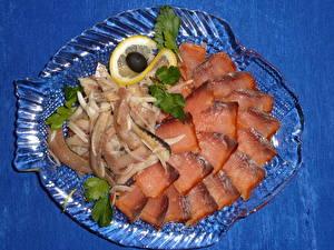 Обои Морепродукты Рыба Лимоны Лук репчатый Тарелка Пища