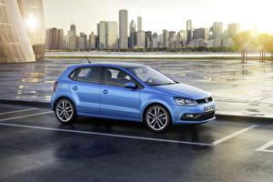 Фотография Volkswagen Здания Голубой Сбоку Паркинг 2014 Polo Машины Города